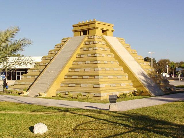 pirámide de la Plaza de las Tres Culturas